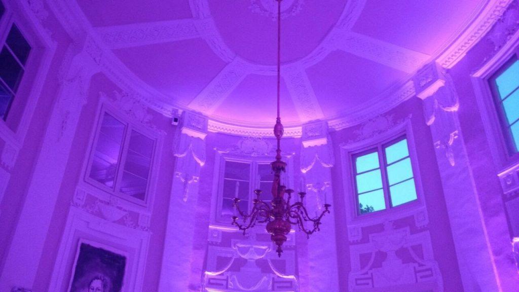 Das Bild zeigt die Zimmerdecke der Rotunde der Villa Eugenia Hechingen in der Farbe lila