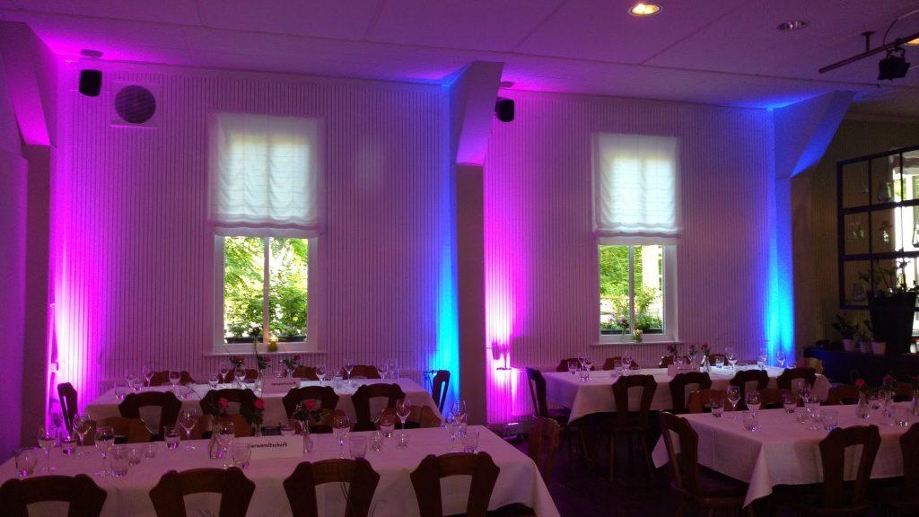 Das Bild zeigt den großen Raum der Waldesslust in Reutlingen mit lila und blaue Ambientebeleuchtung